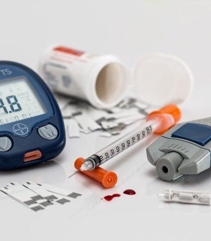 https://flegelnet.nl/wp-content/uploads/2018/01/Diabetes-meidacatie-en-prikker-420x480.jpg